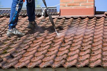 C-Rénovation : Astuces pour nettoyer un toit à Castelginest