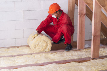 C-Rénovation : Comment poser de la laine de verre sous un toit à Pibrac ?