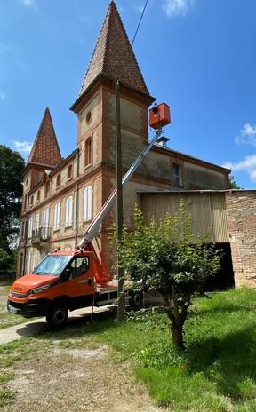 Inspection de votre toiture à l'aide d'un camion nacelle à Toulouse et les alentours